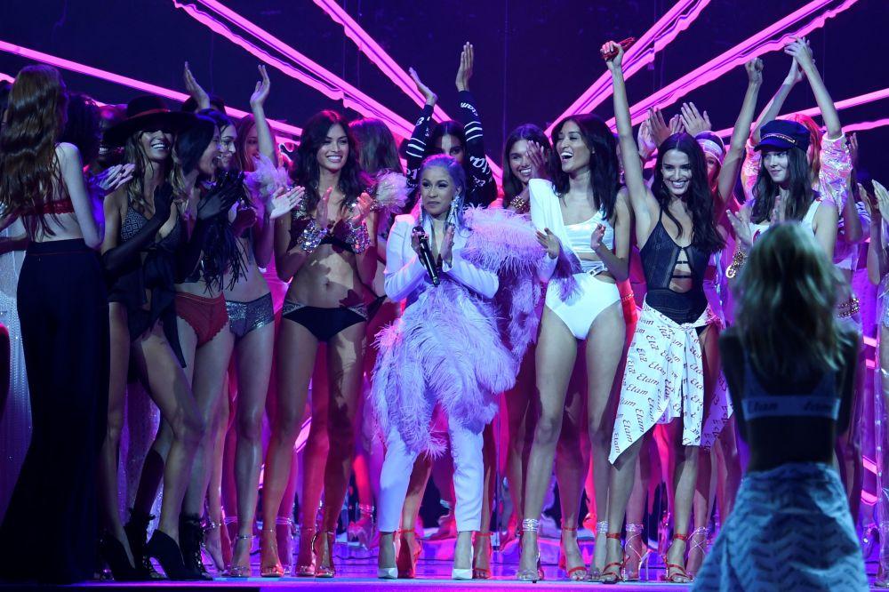 A cantadora estadunidense Cardi B, rodeada por modelos, agradece aos visitantes por comparecerem ao desfile da Etam no Paris Fashion Week