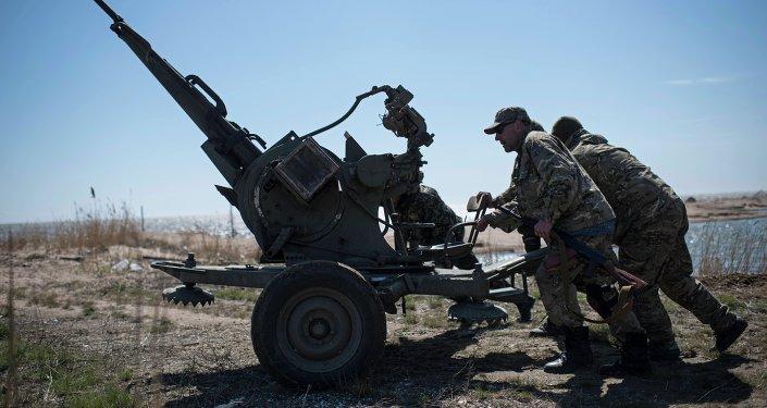 Militares ucranianos realizam treinamentos em praia de mar de Azov