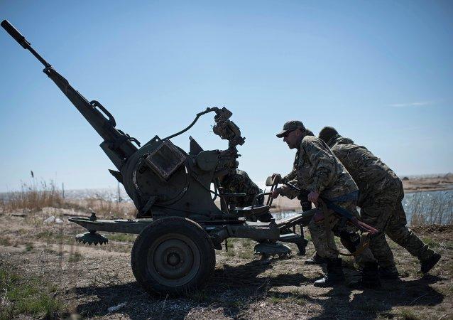 Militares ucranianos realizam treinamentos em praia de mar de Azov (foto de arquivo)