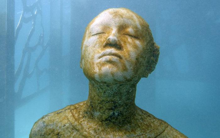 Escultura totalmente submersa nas Maldivas, dentro da galeria Coralarium, do escultor britânico Jason deCaires Taylor