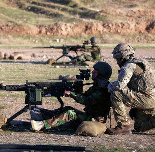 Instrutor britânico treinando combatente curdo nos arredores de Arbil, Iraque, em novembro de 2014
