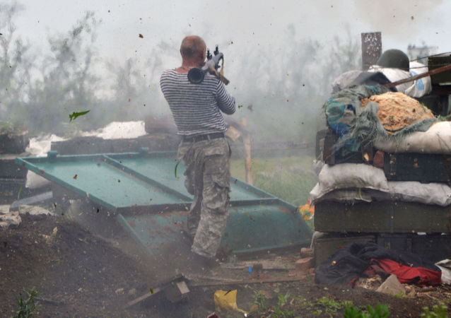 Militar ucraniano dispara de lançador de granadas em Donetsk