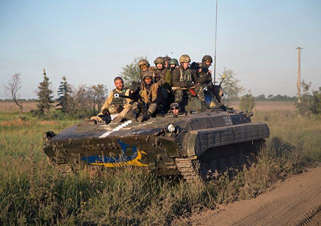 Soldados ucranianos durante patrulhamento nas proximidades do aeroporto de Donetsk no último domingo (7)