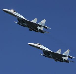 Caças multifuncionais Su-35 efetuam manobras no polígono russo de Pesochnoe na região russa de Kostroma