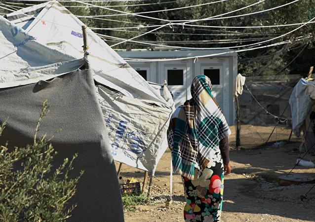 Mulher no campo de refugiados de Moria, Lesbos, Grécia