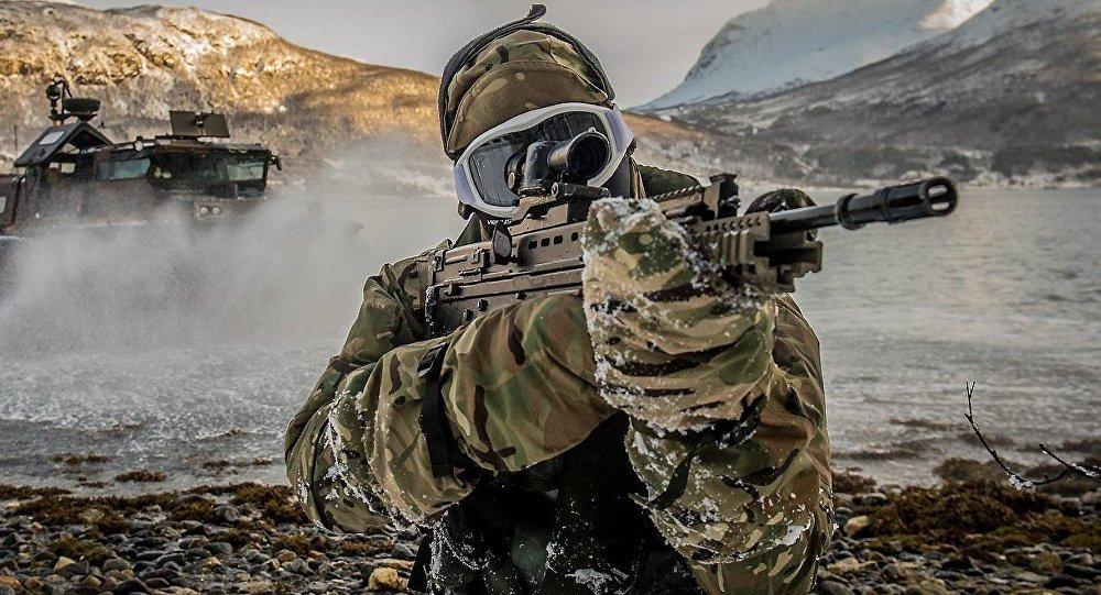 Um soldado da OTAN durante manobras militares na Noruega