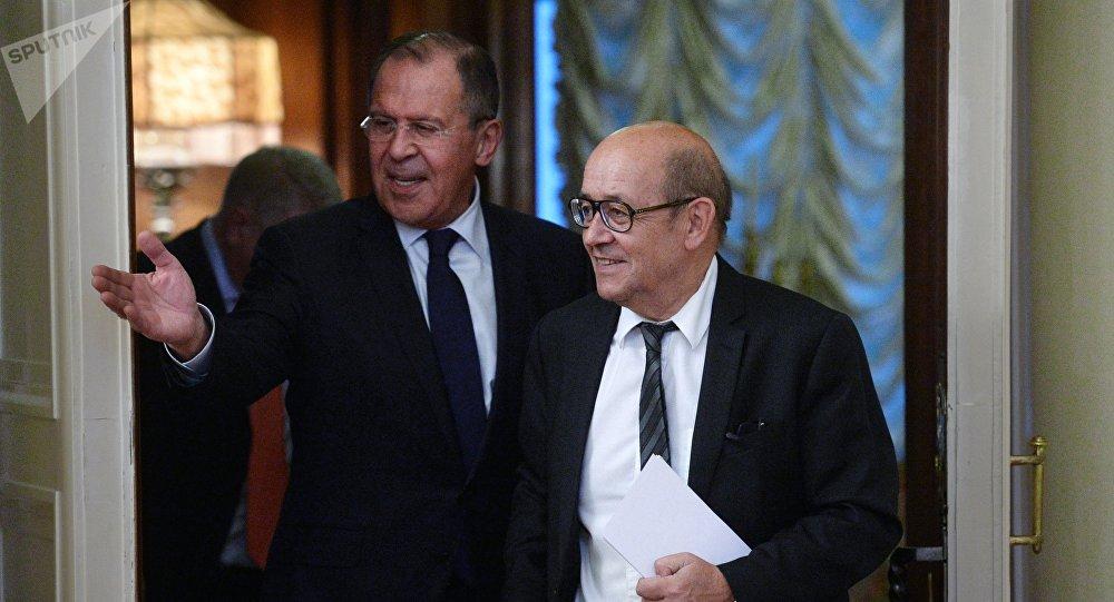 O chanceler russo, Sergei Lavrov, com o ministro das Relações Exteriores da França, Jean-Yves Le Drian, em Moscou (arquivo)