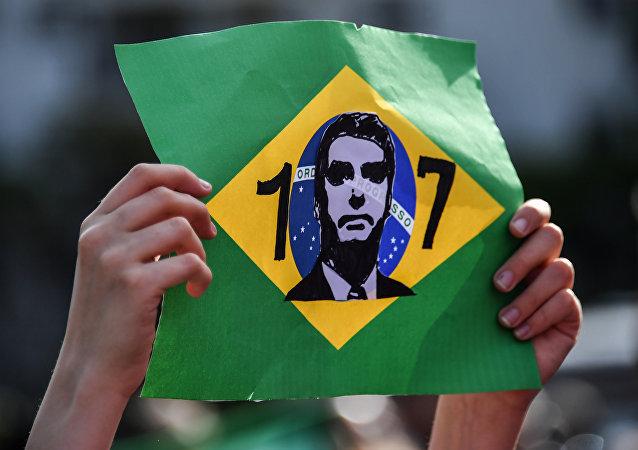 Simpatizante exibe homenagem a Jair Bolsonaro, candidato à presidência do Brasil pelo PSL, durante ato em frente ao hospital Albert Einstein, em São Paulo