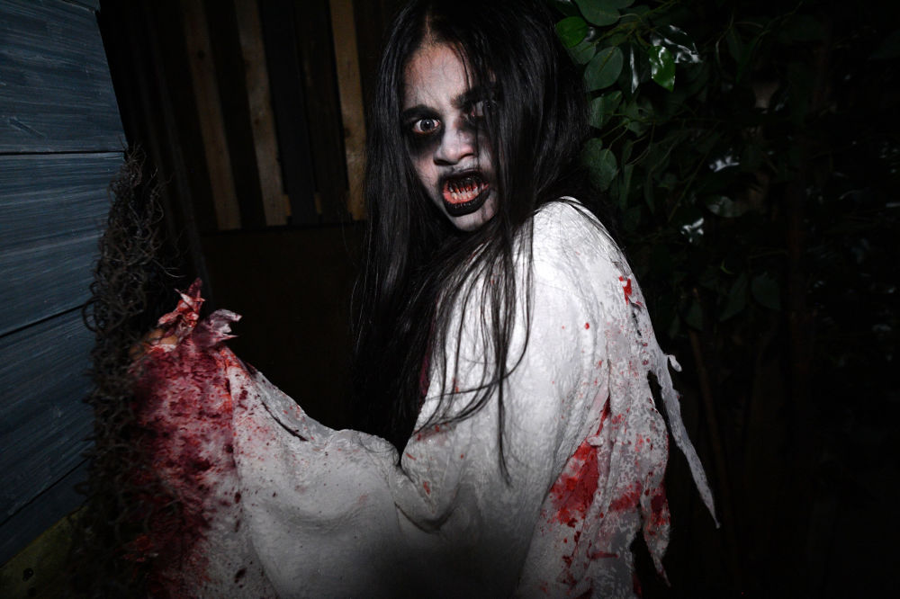 Participante do show Halloween Horror Nights em Singapura.