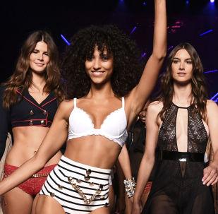 Modelos demonstrando coleção da Etam durante a Semana de Moda em Paris.