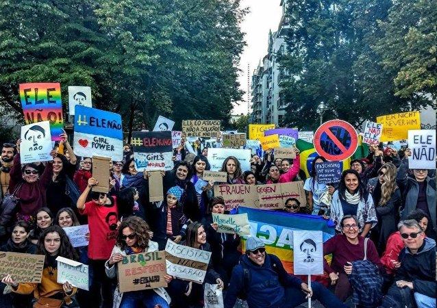 Grupo de manifestantes em Berlim, Alemanha, participa de protesto de Mulheres Contra Bolsonaro.