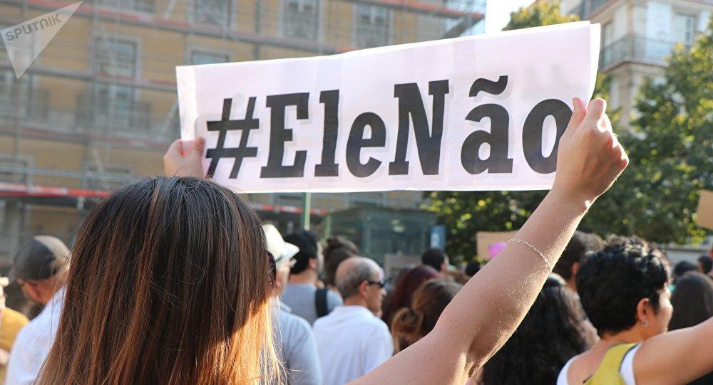 Mulher participa de protesto contra Jair Bolsonaro, em Lisboa, em 29 de setembro de 2018