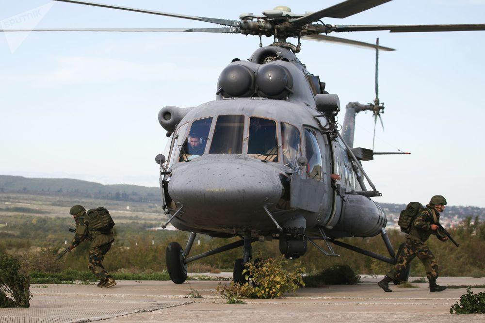 Militares saltam do helicóptero Mi-8AMTSh durante exercícios conjuntos militares entre Tropas Aerotransportadas russas e  Forças de Operações Especiais bielorrussas
