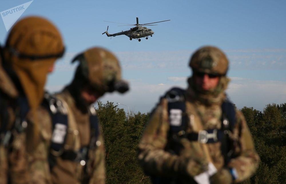 Militares da divisão das Tropas Aerotransportadas russas e Forças de Operações Especiais bielorrussas participam de exercícios militares conjunto