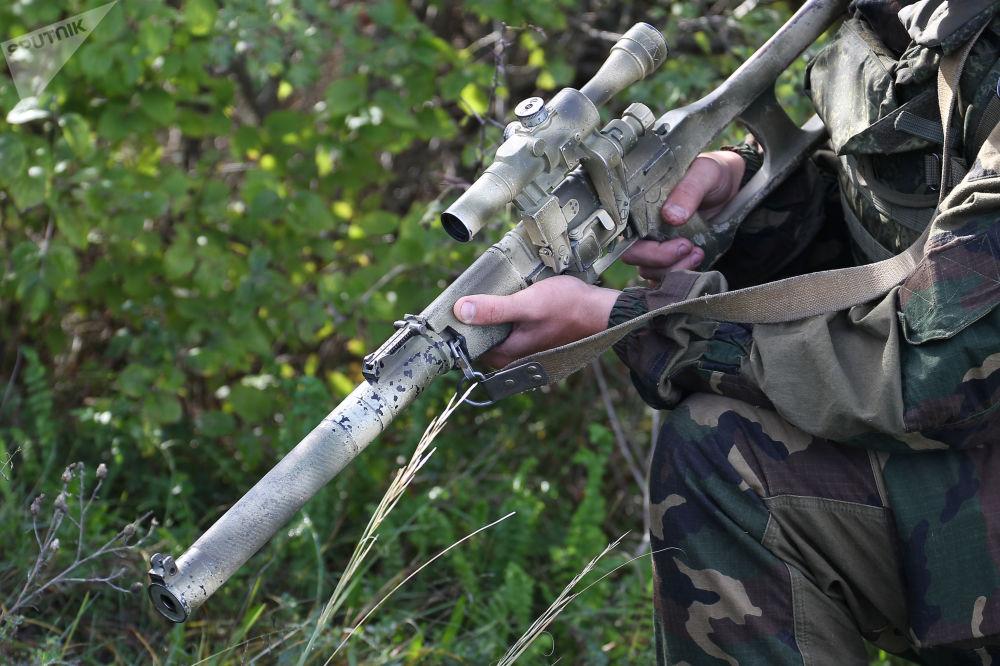 Militar com arma em punho durante exercícios conjunto militares entre as Tropas Aerotransportadas russas e Forças de Operações Especiais bielorrussas