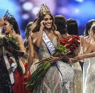 Valéria Morales, vencedora do concurso Miss Colômbia em Medellín, emociona-se depois de ser coroada, em 30 de setembro de 2018