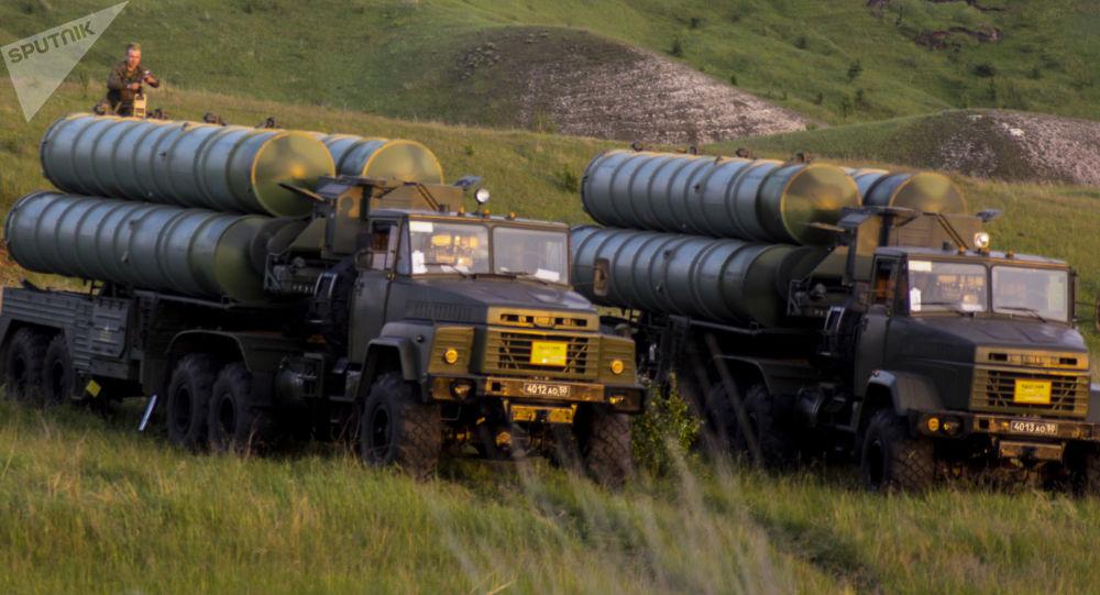 Sistemas de mísseis S-300 durante exercício de defesa aérea do Distrito Militar Ocidental