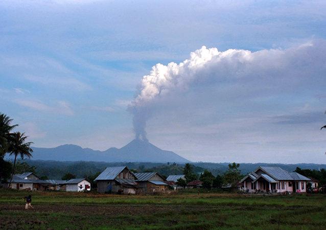Vulcão Soputan na ilha de Sulawesi, Indonésia, 14 de agosto de 2011