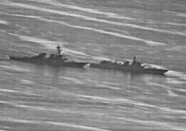 Destróier USS Decatur e navio de guerra chinês Luyang no mar do Sul da China, em 30 de setembro de 2018