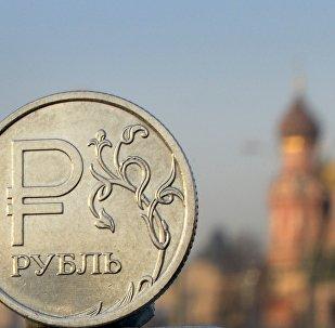Moeda russa, rublo, fotografada de frente para a Catedral de São Basílio no centro de Moscou