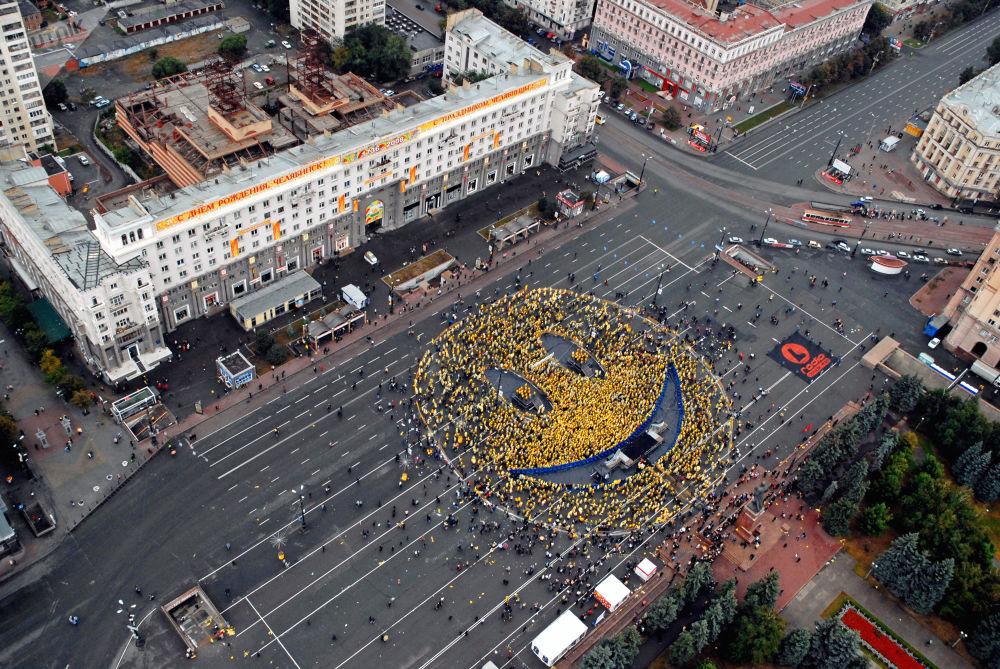 Cidadãos da cidade russa de Chelyabinsk se reuniram para forma um grande sorriso no meio da rua