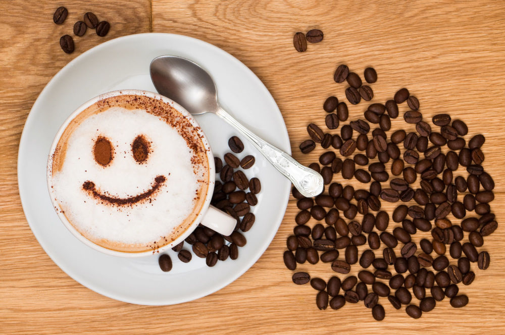 Uma xícara de café com carinha feliz desenhada