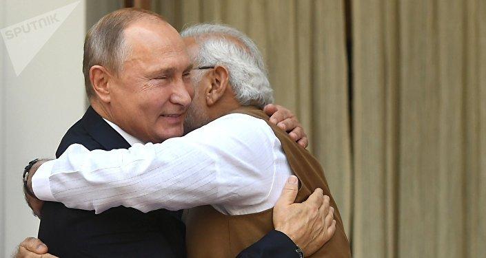 Presidente russo, Vladimir Putin, e premiê indiano, Narendra Modi, se abraçam durante um encontro bilateral em Nova Deli, em 5 de outubro de 2018
