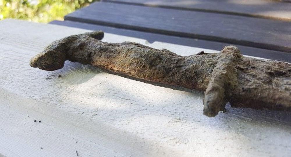 A espada antiga encontrada por Saga Vanecek em lago sueco