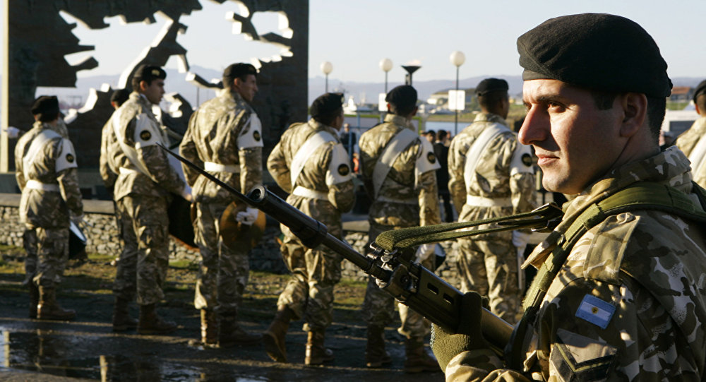 Soldados argentinos no Monumento aos Soldados CaÃdos durante a Guerra das  Malvinas, Argentina, 2 019dfe921a