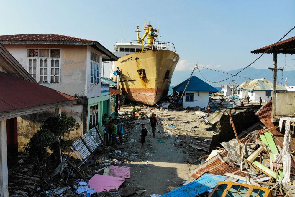 Balsa jogada à costa na sequência de terremoto e tsunami na ilha de Sulawesi, na Indonésia