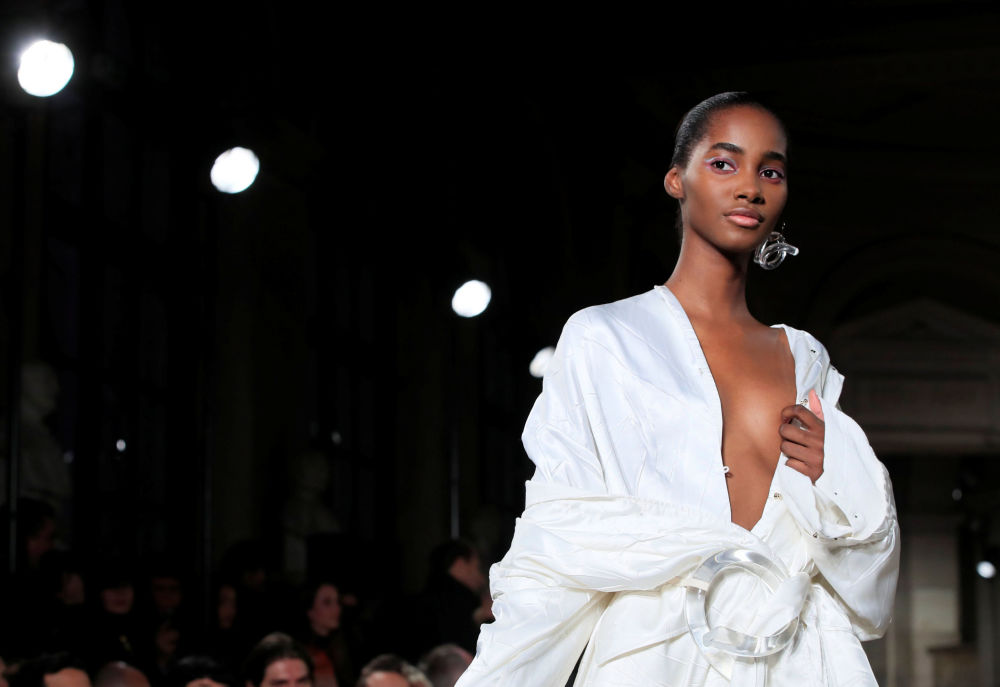 Modelo apresenta coleção do designer Esteban Cortazar durante a semana de moda em Paris