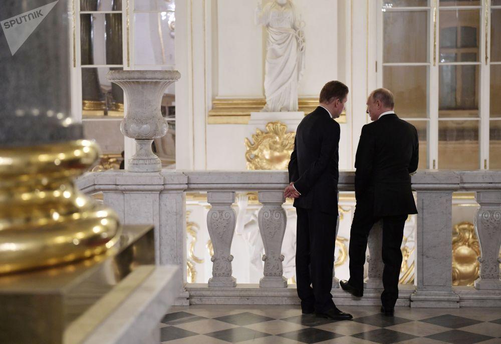 Presidente russo, Vladimir Putin, e o vice-presidente do Conselho Executivo da empresa russa Gazprom, Aleksei Miller, no Palácio de Hermitage