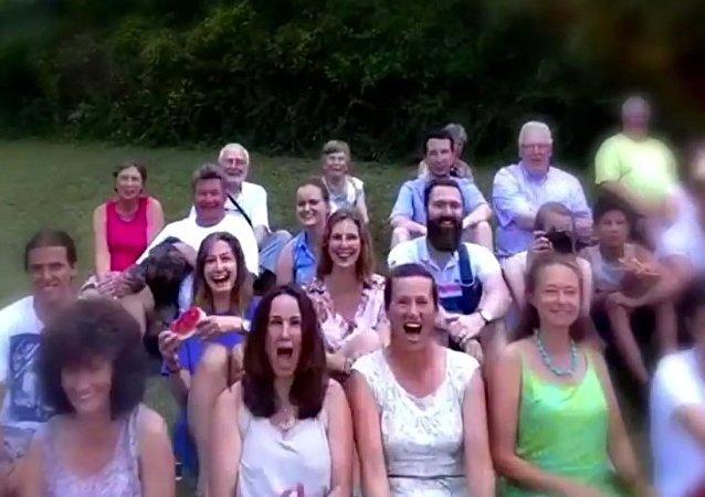 Drone se choca contra rosto de mulher durante imagem de família