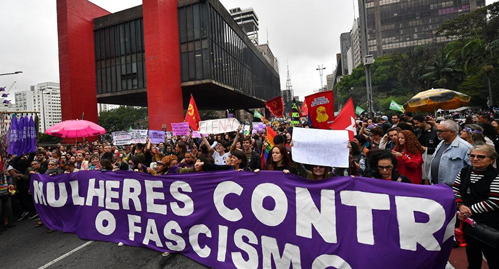 Mulheres protestam contra Bolsonaro em São Paulo.