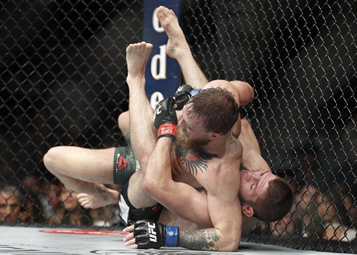 Khabib Nurmagomedov derruba Conor McGregor durante o combate pelo título de campeão peso-leve do UFC