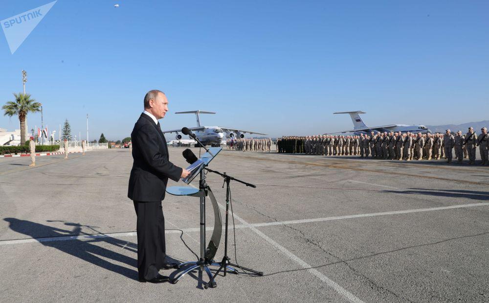 O presidente russo, Vladimir Putin, discursando para as tropas russas na base aérea de Hmeymim, Síria, 11 de dezembro de 2017