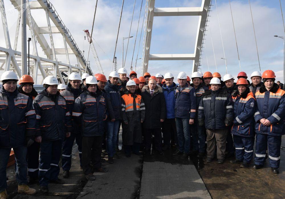 Vladimir Putin junto com os construtores da ponte da Crimeia, 14 de março 2018
