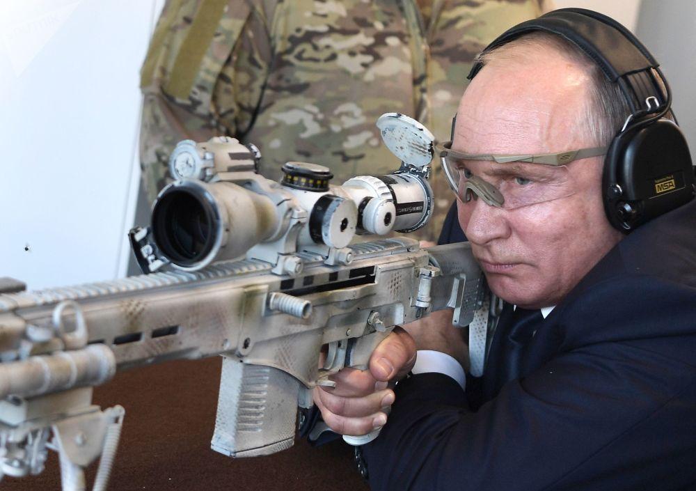 O presidente russo testa um rifle de precisão SVCh-308, fabricado pelo consórcio Kalashnikov, 19 de setembro de 2018
