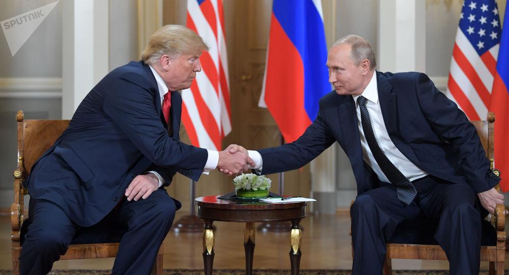 O presidente dos EUA, Donald Trump, e seu homólogo russo, Vladimir Putin, durante a reunião em Helsinque, Finlândia, 16 de julho de 2018