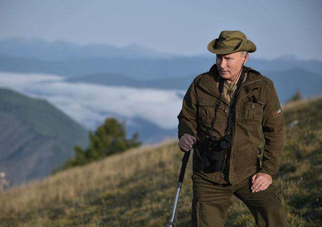 Vladimir Putin caminha pelas montanhas da república russa de Tuva, 26 de agosto de 2018