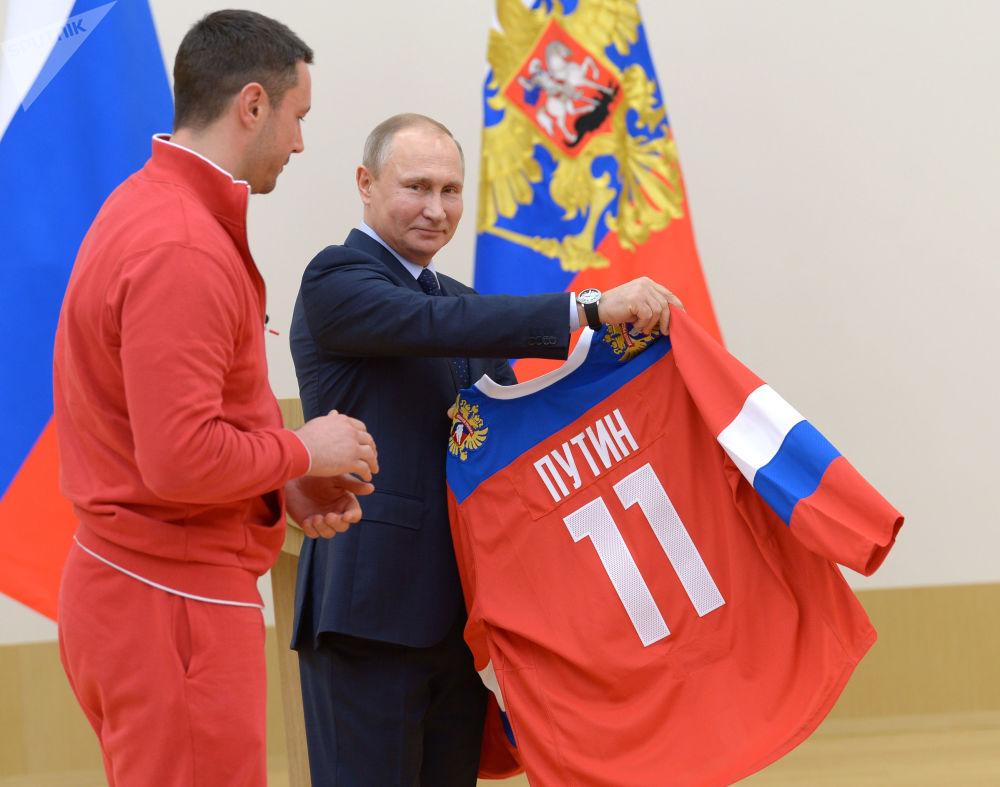 Vladimir Putin e Ilia Kovalchuk, jogador da seleção russa de hóquei no gelo, durante um encontro com os atletas russos que iriam participar das Olimpíadas de Inverno 2018 em Pyeongchang, 31 de janeiro de 2018