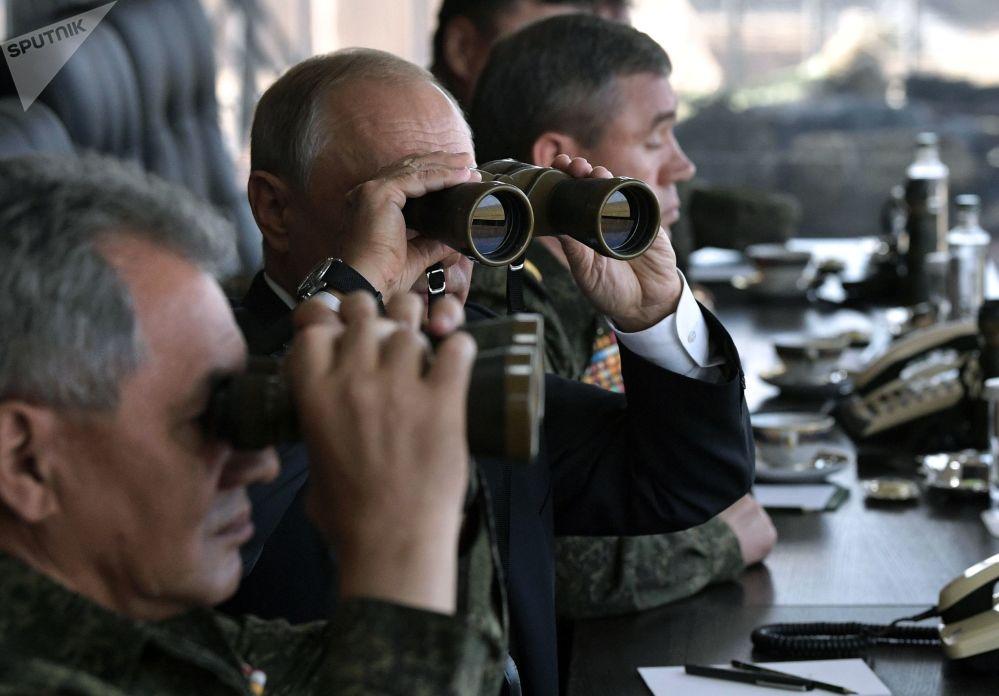 Vladimir Putin observa manobras russas Vostok 2018 no polígono de Tsugol, região de Transbaikal, 13 de setembro de 2018