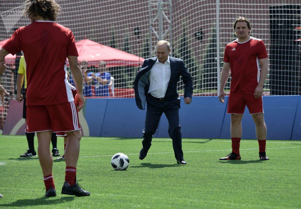 Vladimir Putin e o presidente da FIFA visitam uma quadra de futebol instalada na Praça Vermelha de Moscou, 28 de junho de 2018