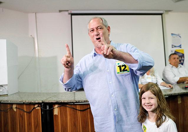 Ciro Gomes, candidato à presidência do Brasil, vota acompanhado por sua neta em Fortaleza, em 7 de outubro de 2018