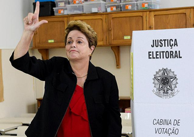 Ex-presidente brasileira, Dilma Rousseff, faz sinal de Lula Livre após votar en Minas Gerais, em 7 de outubro de 2018