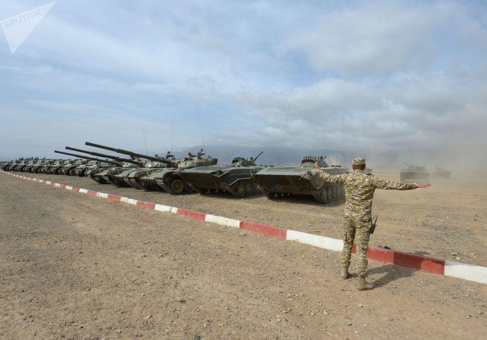 Militar durante as manobras de comando com o contingente militar das forças coletivas de reação rápida da Organização do Tratado de Segurança Coletiva, Vzaimodeistvie 2018 (Interação 2018)