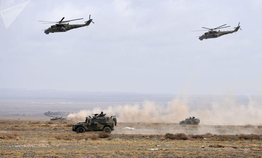Veículos blindados Tigr e helicópteros Mi-35M no decorrer das manobras de comando com o contingente militar das forças coletivas de reação rápida da Organização do Tratado de Segurança Coletiva, Vzaimodeistvie 2018 (Interação 2018)