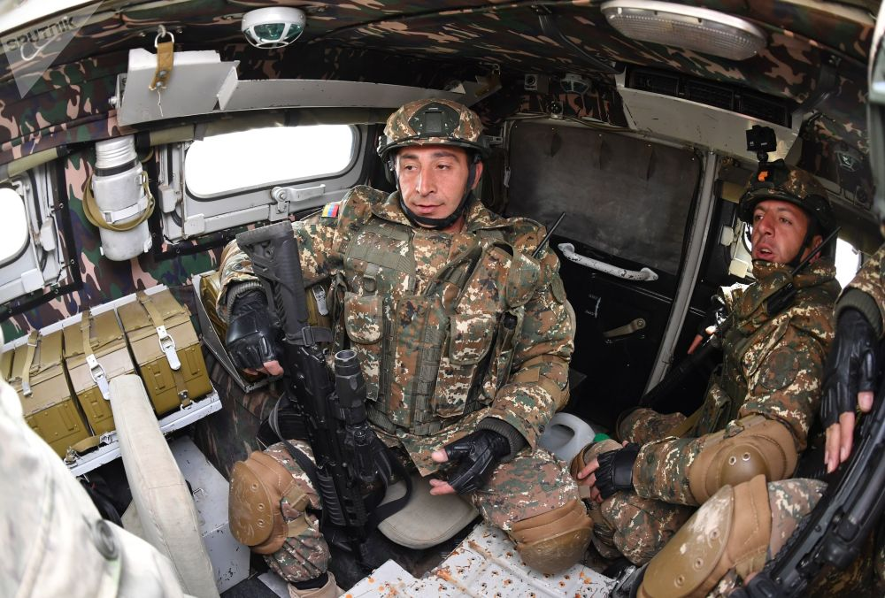 Militares dentro de um veículo blindado Tigr no decorrer das manobras de comando com o contingente militar das forças coletivas de reação rápida da Organização do Tratado de Segurança Coletiva, Vzaimodeistvie 2018 (Interação 2018)