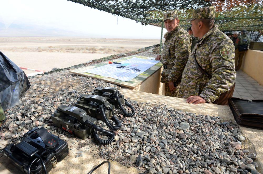Militares no posto de observação durante as manobras de comando com o contingente militar das forças coletivas de reação rápida da Organização do Tratado de Segurança Coletiva, Vzaimodeistvie 2018 (Interação 2018)