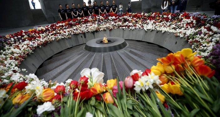 Pessoas colocam flores no Memorial do Genocídio Armênio, em Erevan, no dia 21 de abril de 2015